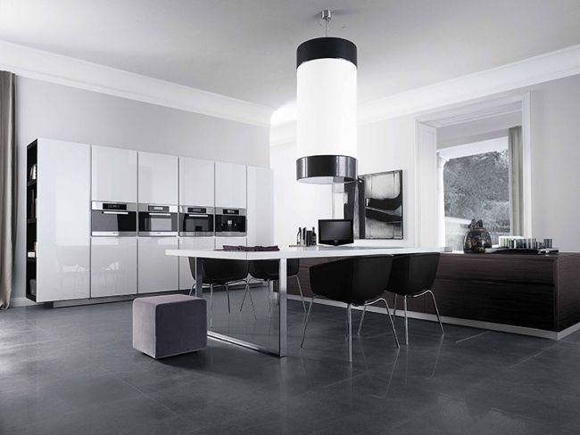 minimalistische küche hochglanz weiß schränke schwarze stühle - Küchen Weiß Hochglanz