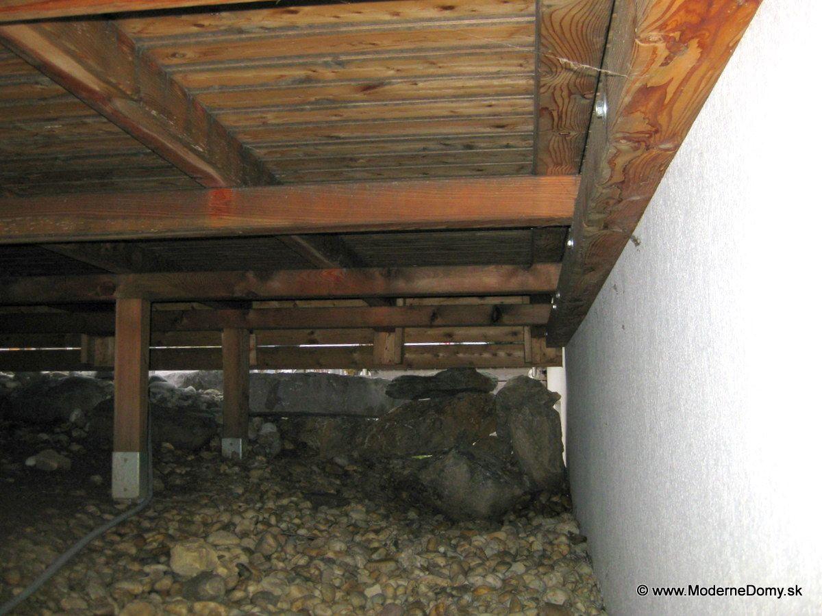 Drevené terasy pri montovaných domoch