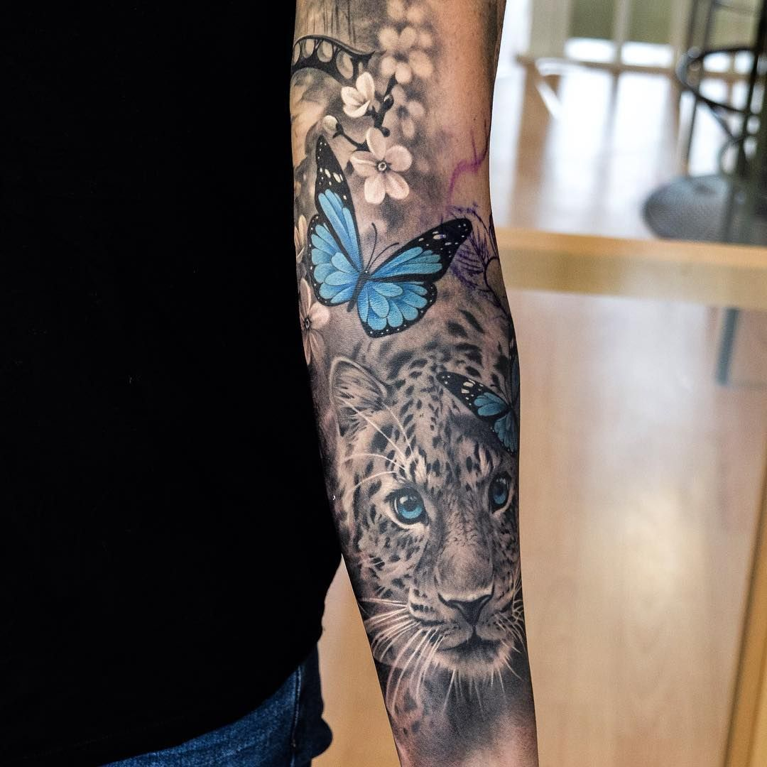 Pop Of Color In A Black And White Tattoo Black And White Tattoo Sleeve Hvid Tatovering Tatoveringer Arme A Tatovering