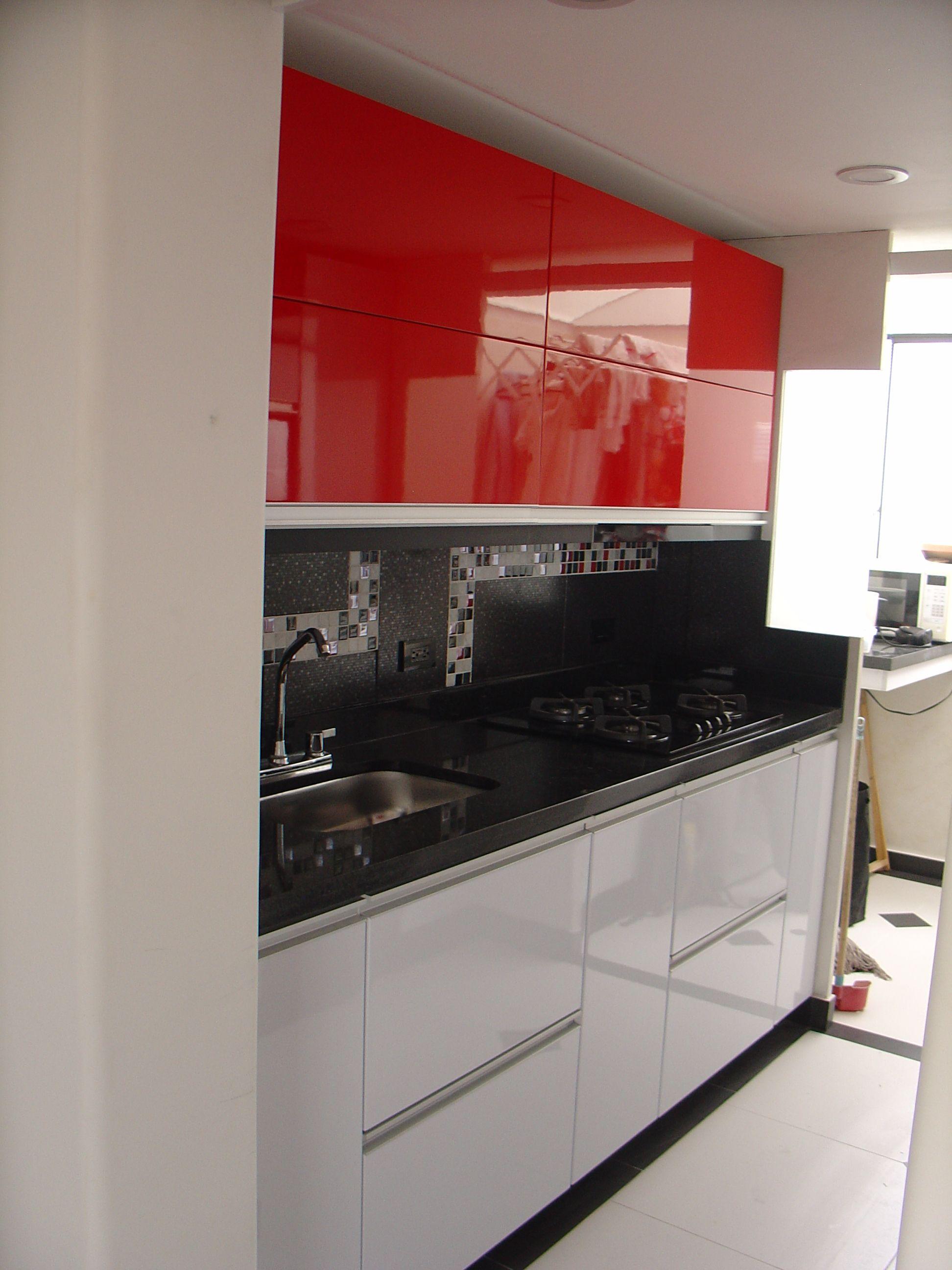 Cocina en poliuretano y aluminio blanca roja y negra for Cocinas integrales deco