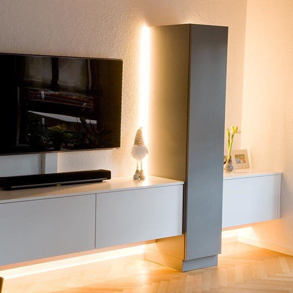 Wohnzimmereinrichtung 2 Farbig Perfekt Auf Kundenwunsche Abgestimmt Mit Indirekter Beleuchtung Und Spot In Der Vitrin In 2020 Wohnzimmereinrichtung Wohnen Wohnzimmer