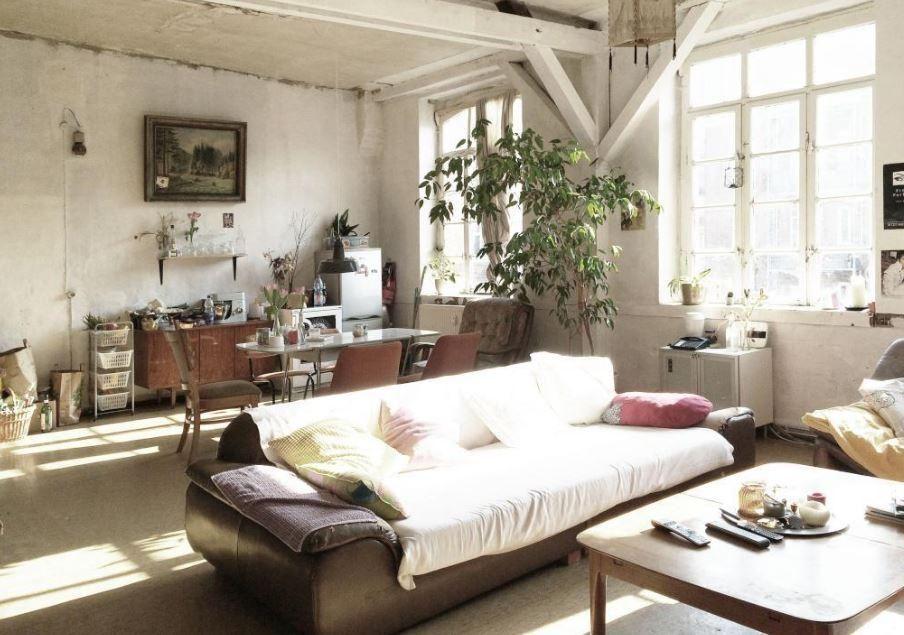 Gemütliches Wohnzimmer im Loft-Stil! Das großes Sofa passt als