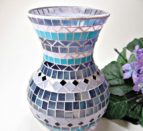 Jarrón de hermosas vidrieras mosaico con tonos de pedazos de cristal púrpura y azul! La lechada es luz púrpura. La lechada ha sido doble sellado para la durabilidad y resistencia a las manchas.  Este vaso mide 7 pulgadas de alto, 4 1/2 en toda la boca y aproximadamente 5 en a mayor