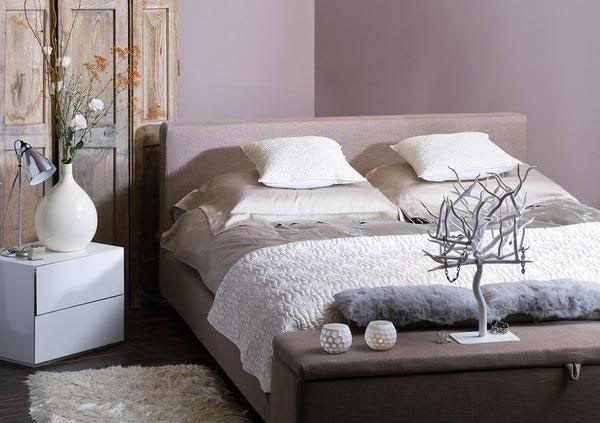Small quiet bedroom in dark Lilac color Kleines
