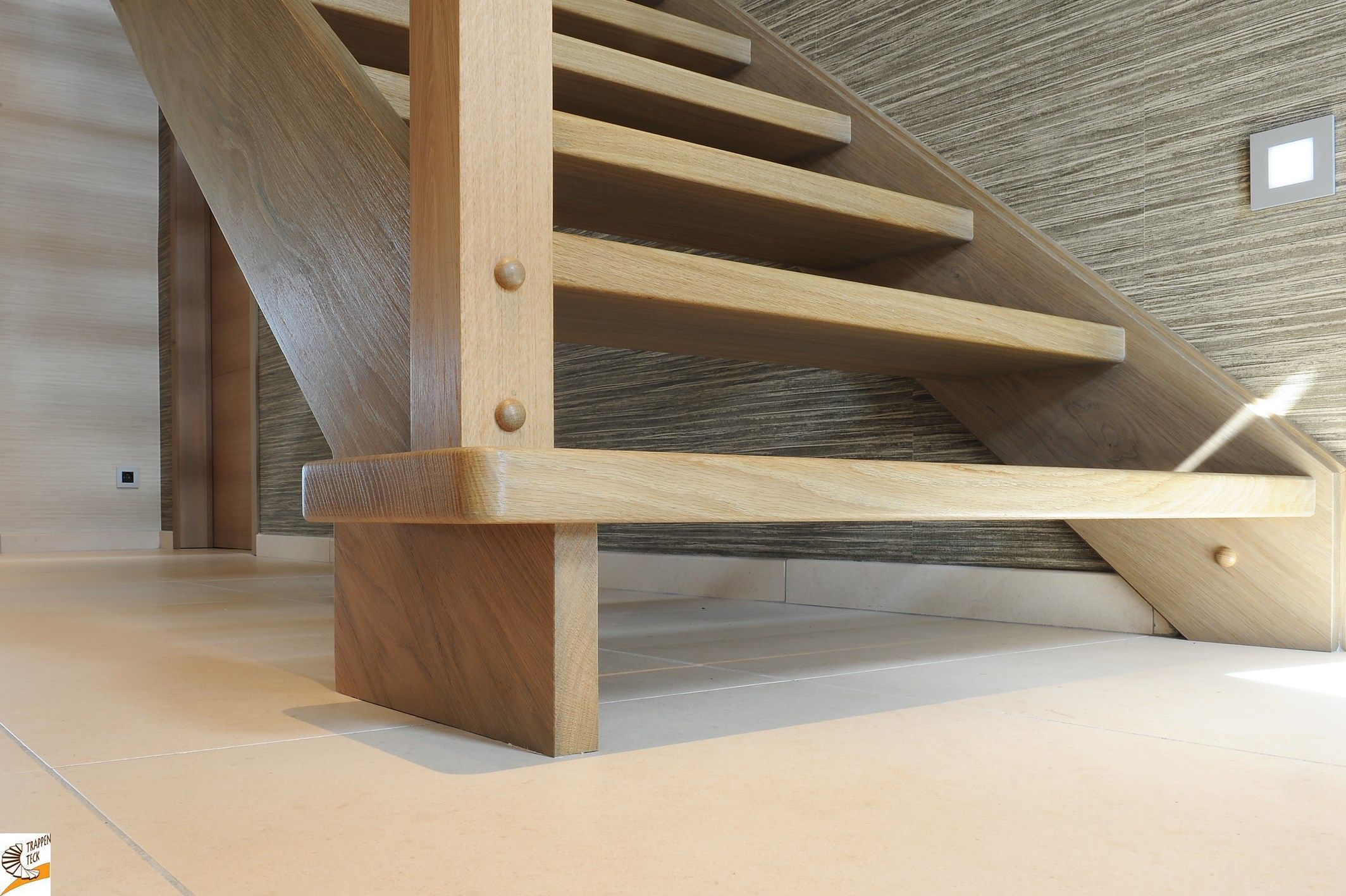 Moderne houten trap van trappen teck puurs for Houten trap buiten
