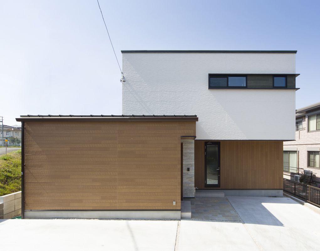 石 白 木調が美しく調和した外観 木調の外壁の貼り方を手前は横向き