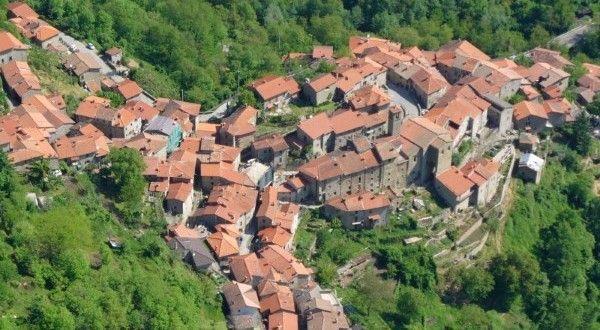 Raggiolo Een klein dorpje van steen,  een doolhof van de ziel,  een plek om te verdwalen,  een d...