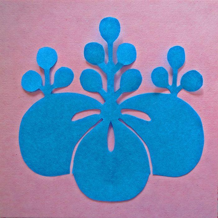 Monkiri : Gosan-no-Kiri   Blue Japanese paper cut on pink backgrund.  紋切り「五三の桐」完成。