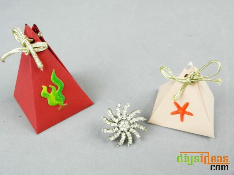 Learn How to Make Triangle Shaped Paper Gift Box   http://diysideas.com/diy-gift-box-ideas/learn-how-to-make-triangle-shaped-paper-gift-box.php