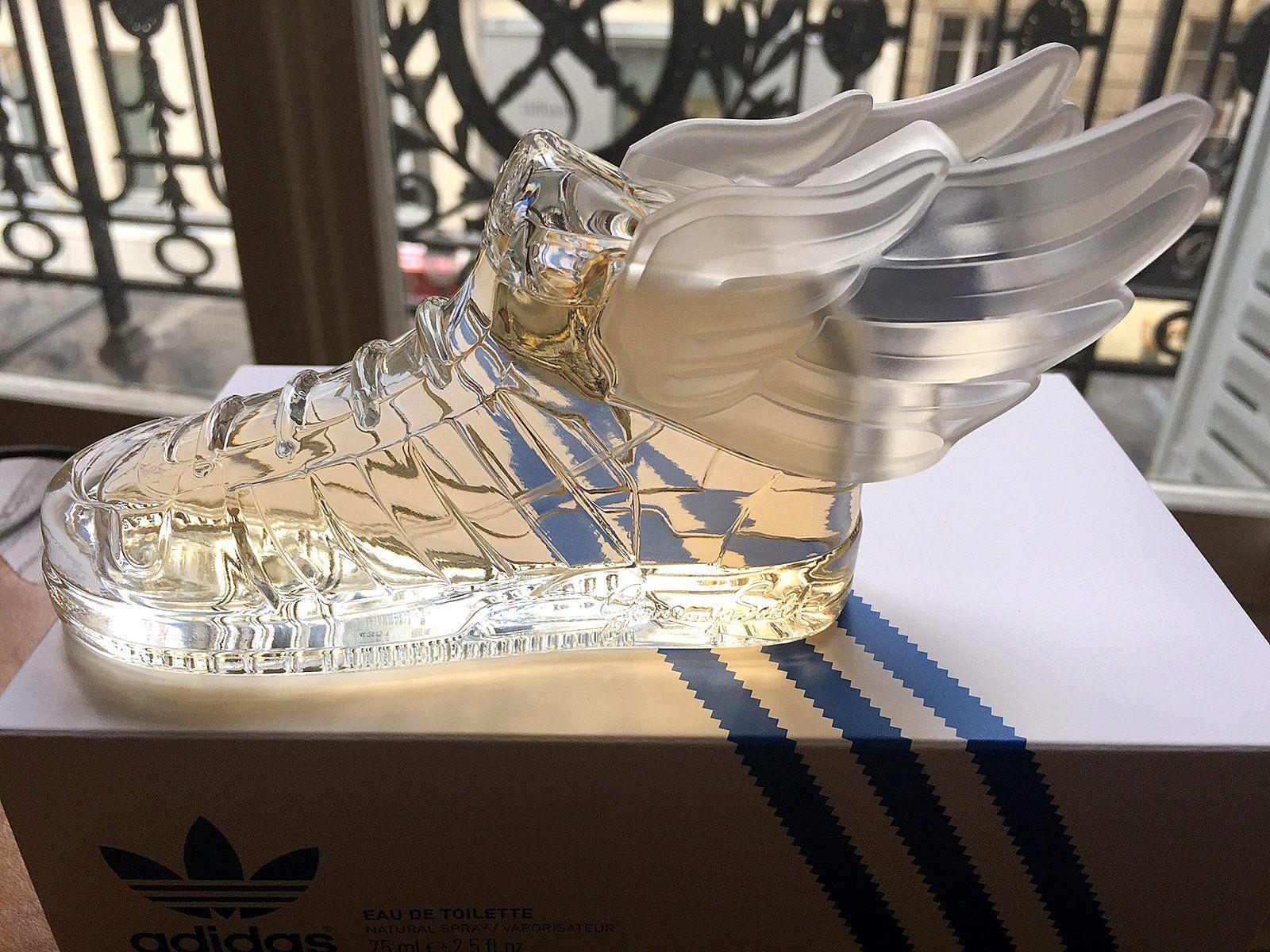Adidas X Jeremy Scott Adidas s'est associé une fois de plus à Jeremy Scott pour proposer une fragrance unisexe contenue dans un flacon reprenant la forme de la célèbre basket ailée.