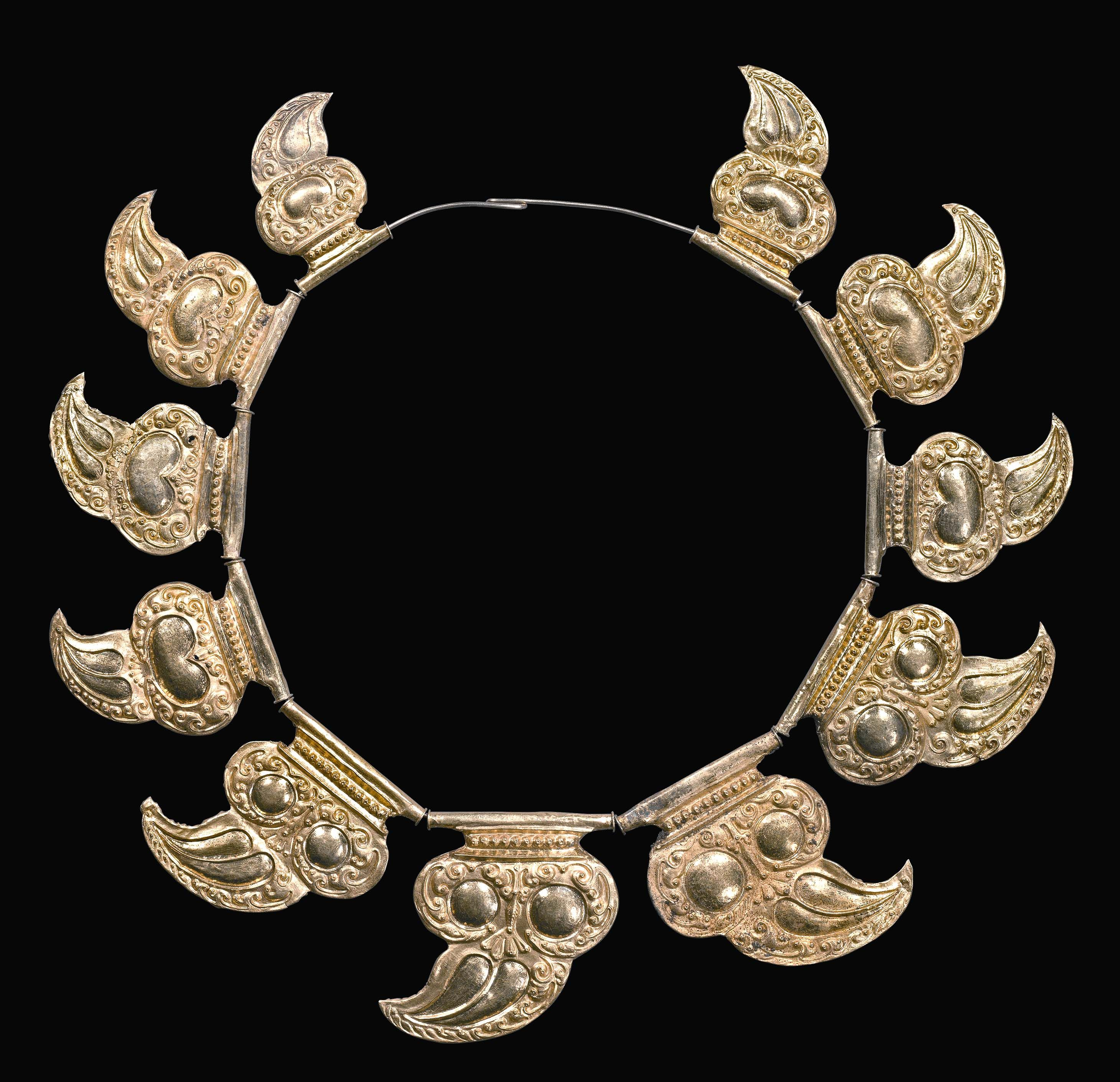 Gold Tiger claw necklace 9th /10th c Java Indonesia (archives Singkiang)