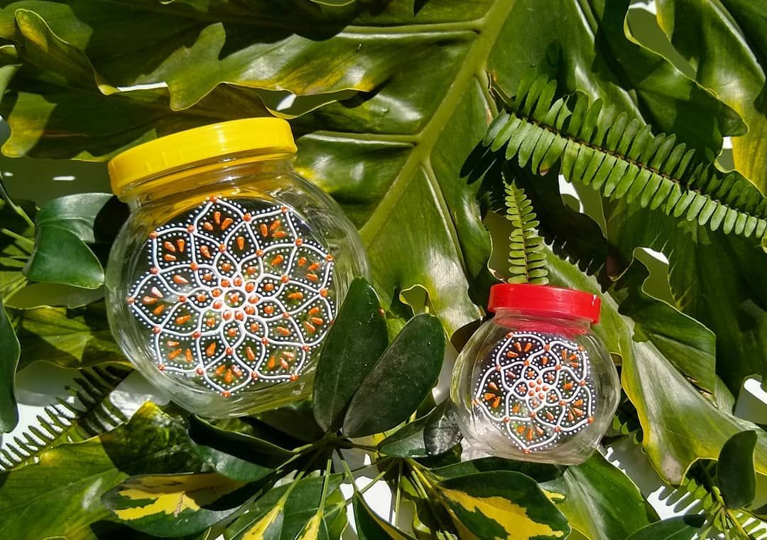 Buen diaaaaaaa ☀️☀️☀️🌈🌈🌈 ➡️ Mira lo que son estos frasquitos que decore a pedido el otro día.. 😍  Divinos! Consultanos, aparte de los productos habituales, intervenimos tus objetos para darle un toque distinto...🧡💛 #mandalas #mandala #mandalalover #magic #glass #GlassArt #paint #paintings #love #amor #handmade #artwork #artaddict #artist #red #yellow #orange #deco #decoracion #paradise #atelier