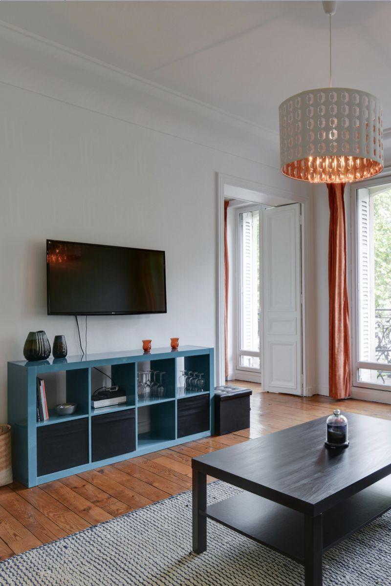 Salon Avec Meuble Tv Bleu Turquoise Dans Un Salon Cocooning Realise Par Little Worker Inspiration Deco Menuiserie Exterieure Deco