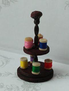 All about dollhouses and miniatures: Standaard voor de klosjes naaigaren in het poppenhuis