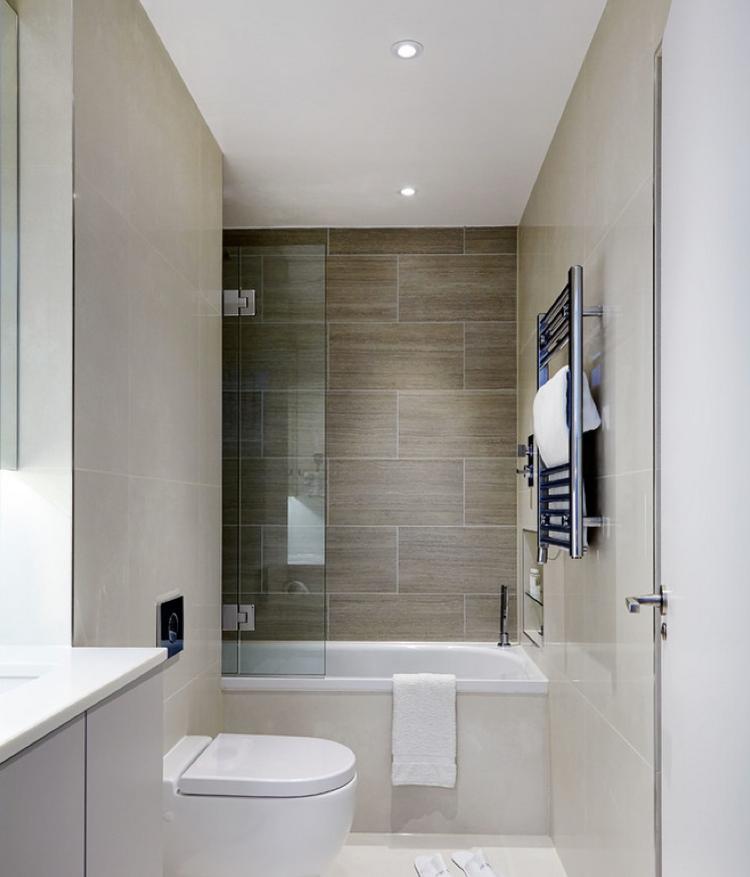 Schmales Bad In Creme Und Wandfliesen In Holzoptik Badezimmer Renovieren Badgestaltung Kleines Schmales Badezimmer