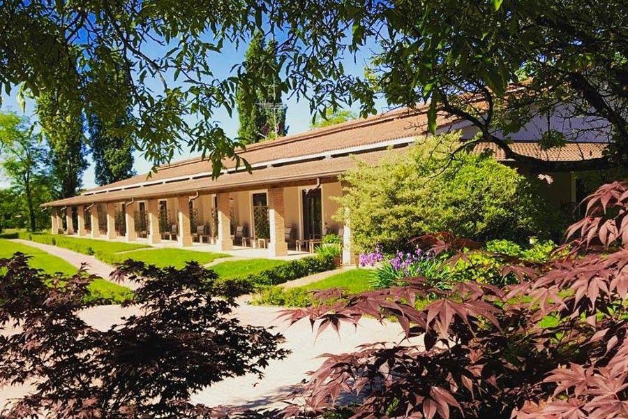 Agriturismo Elegant farmhouse nestled in the silence of