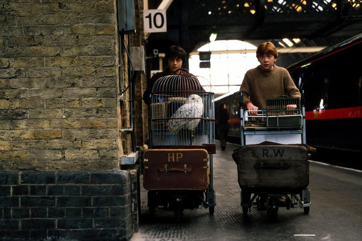 Even Though Londoners Travel Through The City Every Day On The Way To And From Work People In Harry Potter Kings Cross Harry Potter Movies Harry James Potter