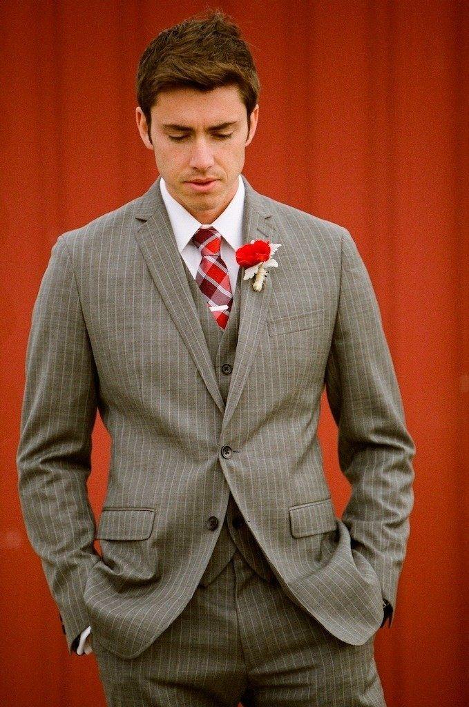 Un traje de novio en color claro con rayas gruesas es una buena idea para  novios modernos y divertidos. Combinacion perfecta para una boda que  combine los ... d3442bd6e3d