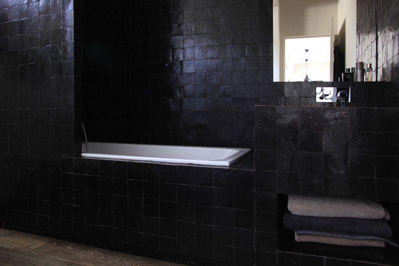 Du zellige noir pour une salle de bain masculine / Archi : ATELIER ...