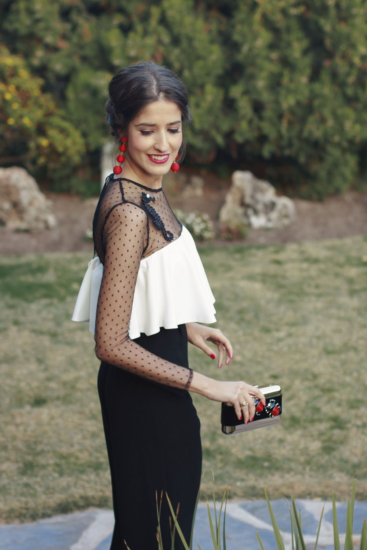 Apensar mujer vestido blanco