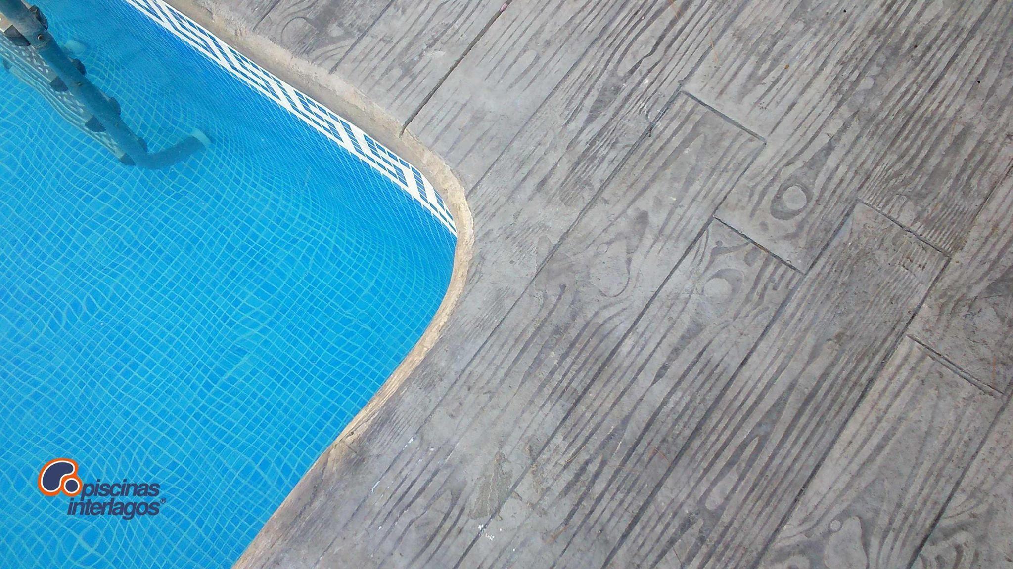 Detalle de madera impresa en el borde de la piscina en for Piscina benicassim