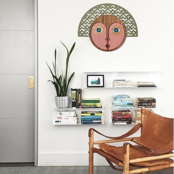 Photo of Veggdekorasjon Tre med utskårne & maleri for skulptur ansikts interiør
