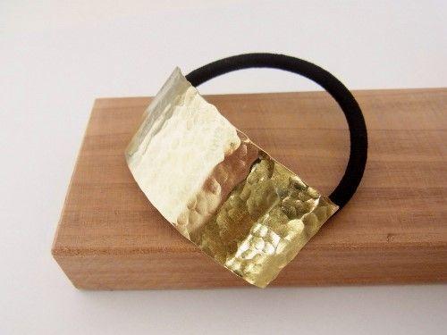 真鍮の鎚目プレートヘアゴムです。真鍮の一枚生地から切り取り、アウトラインを処理し、ハンマーでバランスよく模様をつけた一品です。ひとつひとつ手作りで作っておりま... ハンドメイド、手作り、手仕事品の通販・販売・購入ならCreema。