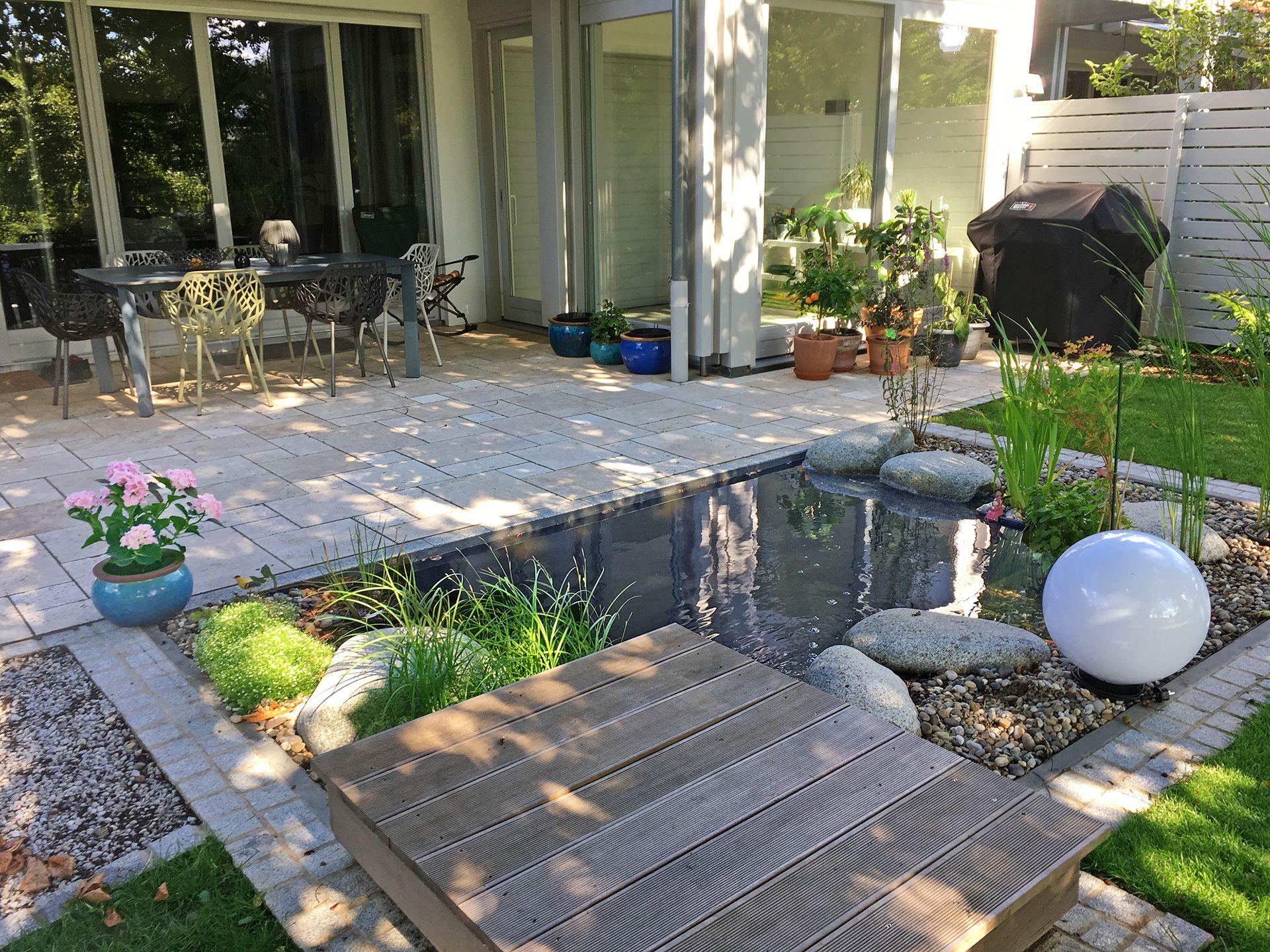 Kleiner Gartenteich An Einer Terrasse Aus Travertin Ein