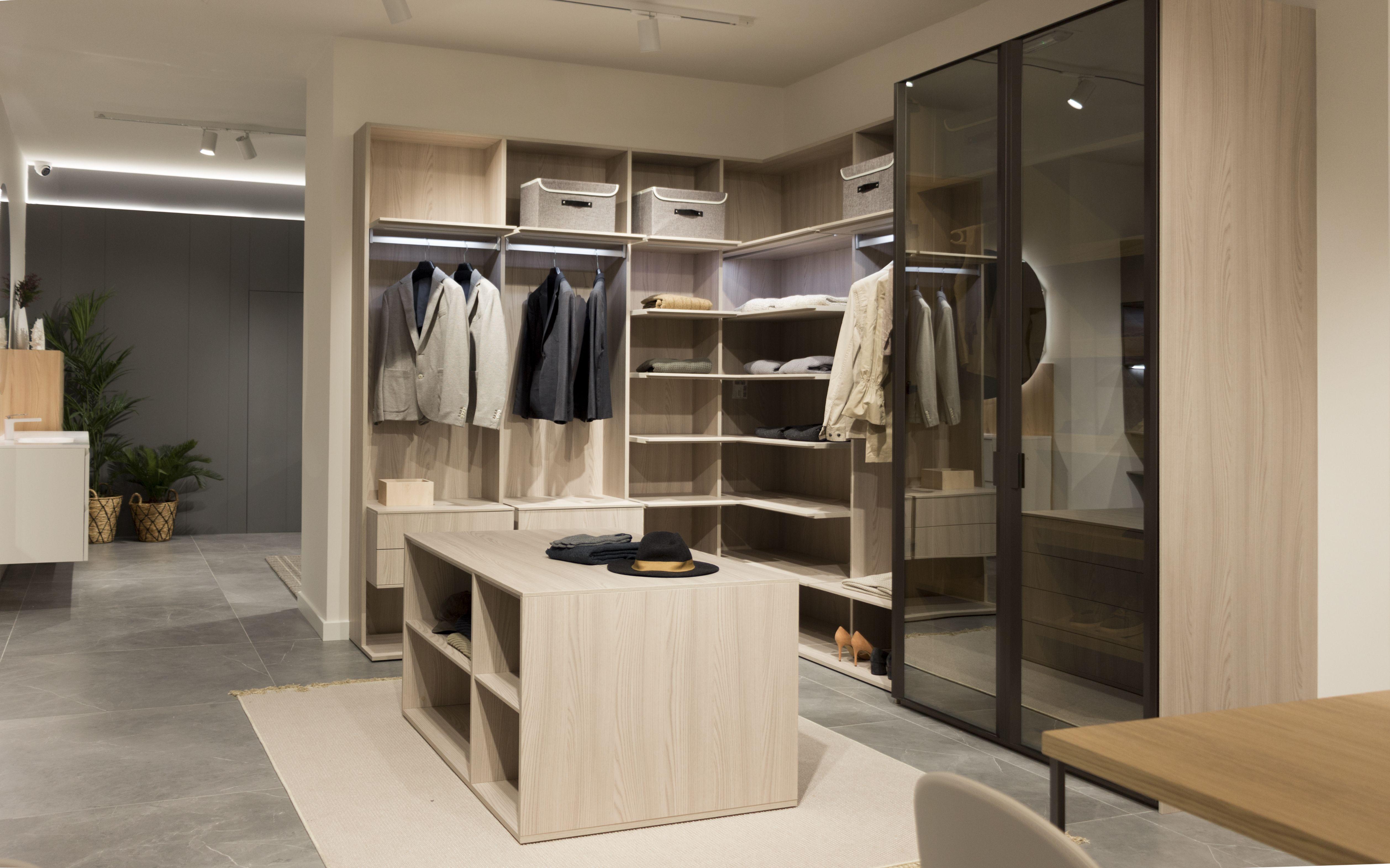 Nuevo showroom en Oviedo. Vestidor con isla. #dica ...