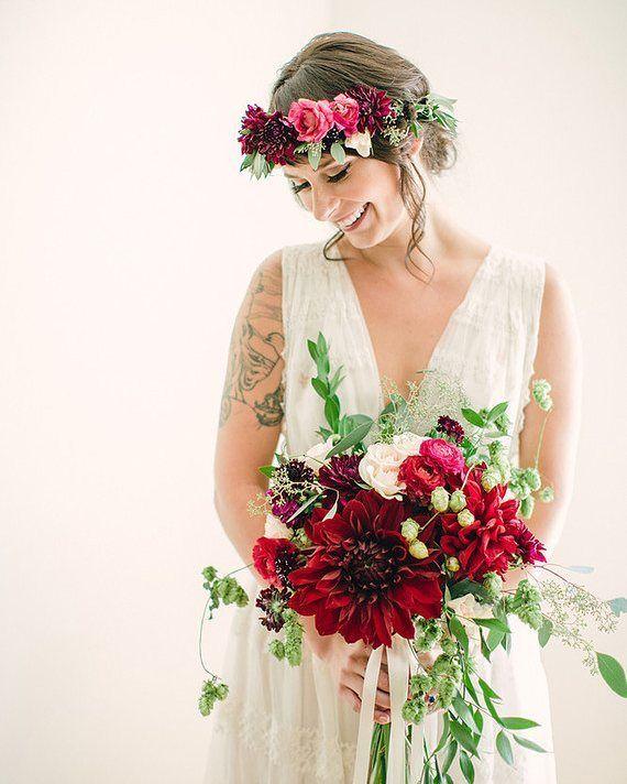 No siempre se tiene que tratar de rosas al pensar en flores rojas. #fridaenamorada  Foto: @erinjhanson  Ramo y corona: @paikkamn  Con flores de: @_flowerandbee  Vestido: @freepeople by fridaenamorada