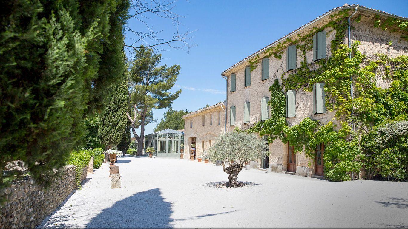 Domaine et Cie est un lieu magique où organiser un mariage, une réception ou un séminaire. Hôtel avec piscine et restaurant près d\'Aix en Provence, aux Miles.