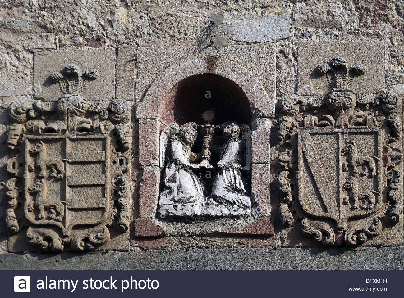 El Tránsito convent. Detalle de los diferentes escudos heraldicos sobre el portico. Siglo XVI. Zamora. Castilla-León. Spain. Stock Photo