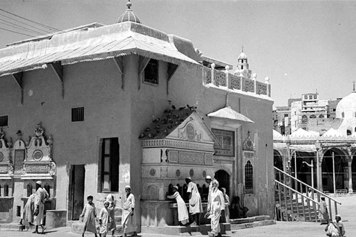 سقاية زمزم في ساحة الحرم المكي حيث يوجد مدخل إلى البئر تحت مستوى الأرض الحجاز Zamzam Siqaya Water Fountain To Quench The Thi Pictures Mecca History Of Islam