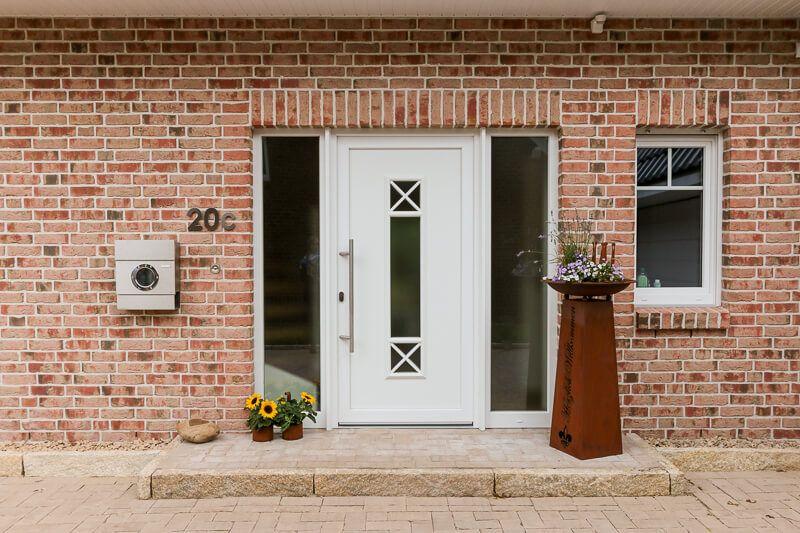 Hauseingang aussen mit Podest & Haustür weiß mit Fenster im ...