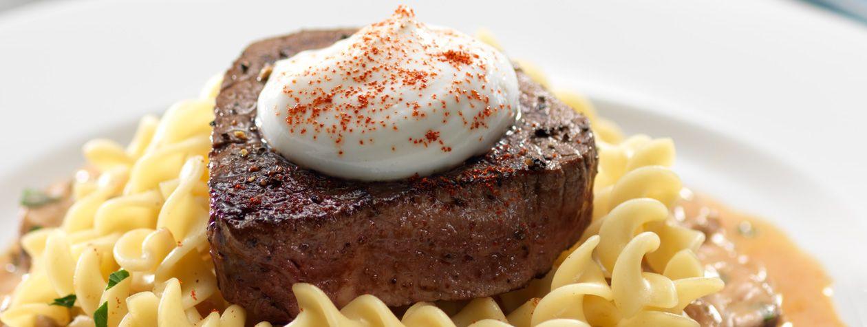 Fácil y rápido de preparar, prueba esta deliciosa receta de filete Stroganoff, es una combinación exquisita y rica en proteinas. ¡Te encantará!
