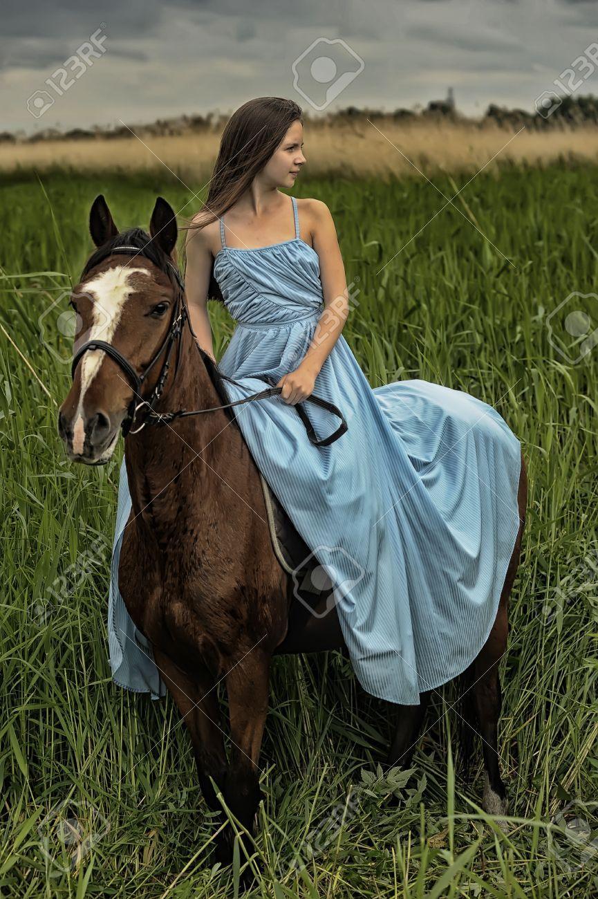 Hermosa chica con el caballo en la naturaleza fotos for Naturaleza hermosa