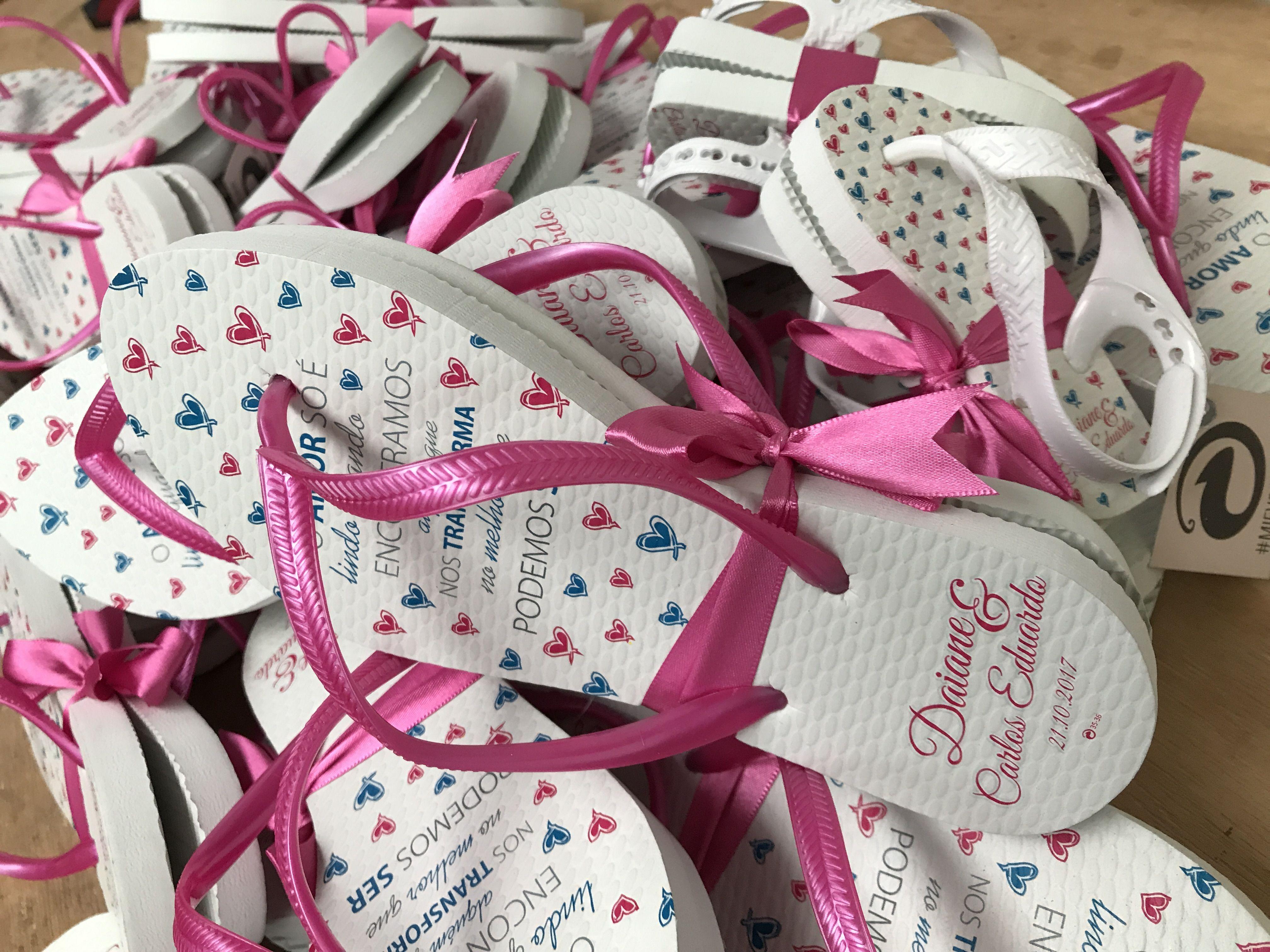fcb8dab31ef5fe Chinelo Personalizado de Casamento - corações pink e azul com frase ...