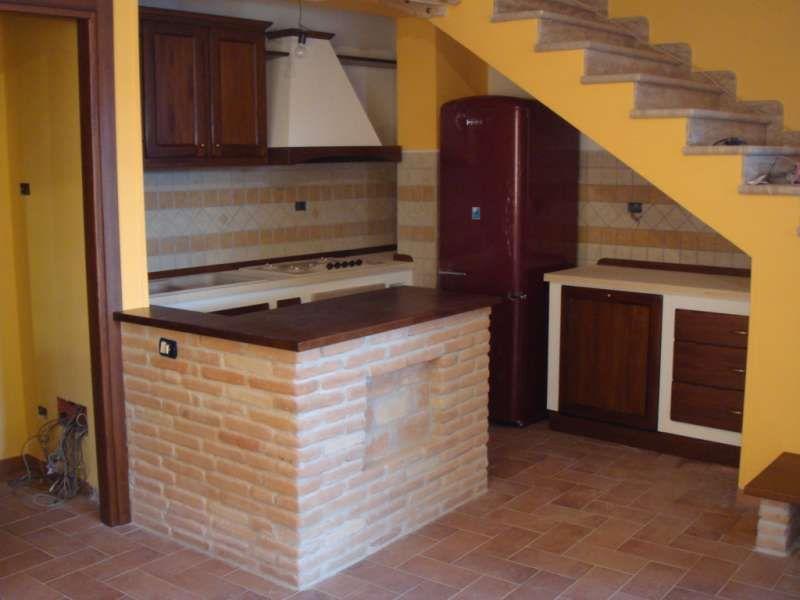 Cucina in Finta Muratura in Legno Massello di Tiglio Lucidato a ...