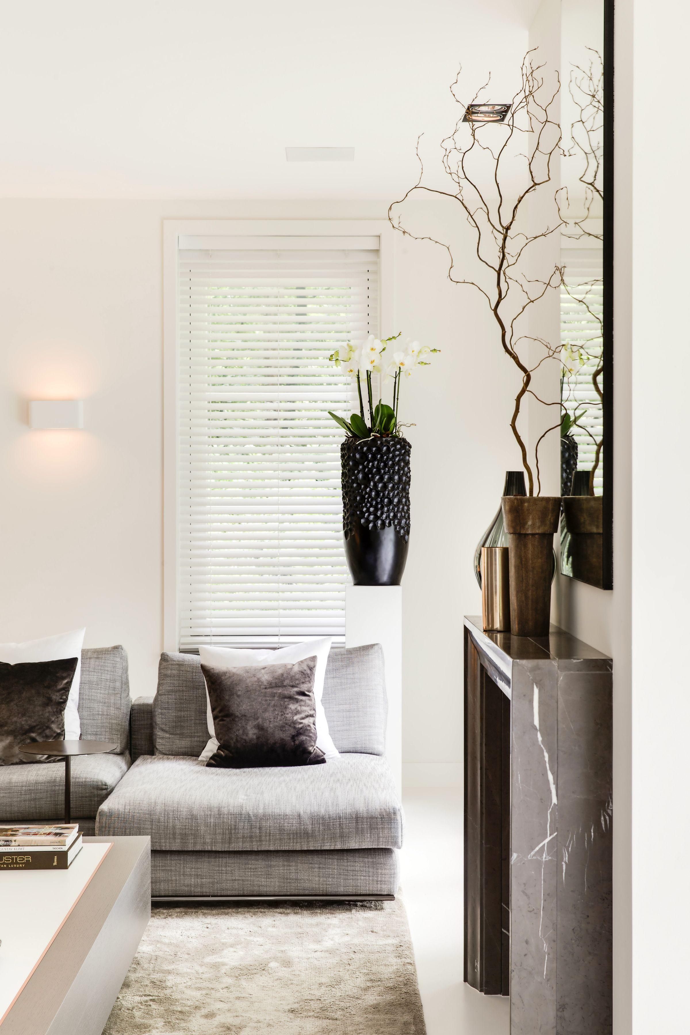 Sfeervolle woonkamer met houten jaloezieën van Zonnelux. Foto ...