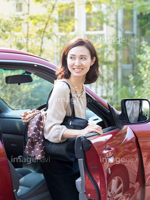 商用利用でも安心 プロが選んだ 車のドアを開ける40代の女性