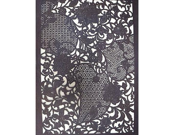 詳細                    サイズ     全長約400cm 幅約17㎝                色     オフホワイトに焦げ茶・ボルドー/辛子                        素材     絹100% (一部指定外繊維ぜんまい綿使用)                生産     日本           仕立て     半幅帯           着用時期     盛夏を除く3シーズン           TPO     カジュアル        ■江戸紅型の職人による手染めです。 小幅(約36cm)の型で染めた反物を裁断して使用しているため、商品ごとに柄の出る部分が異なります。 また、柄・色の配置は商品写真と異なる場合がございます。※柄のご指定はお受けできかねます。  ■紬生地を使用しているため、糸の節が色ムラとなって見られることがございます。 素材の持つ特性・味わいとしてご理解の上お求め下さい。   ■店舗にてこちらの商品をお問い合わせいただく場合には、商品名と商品番号をお知らせください。