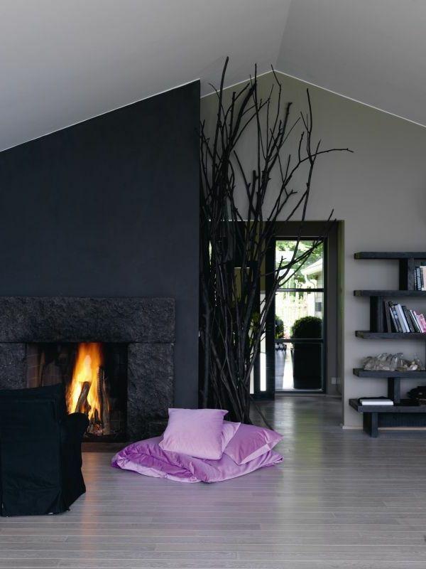 wandfarbe-grau-wohnzimmer-kamin - lila dekorative kissen - wandfarbe grau