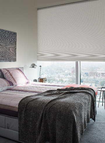 Lattiaan saakka ulottuvat ikkunat päästävät ulkotilan sisään. Neutraalin huoneen ilme muuttuu tekstiileillä helposti. #etuovisisustus #luxaflex