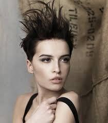tagli capelli corti femminili cresta