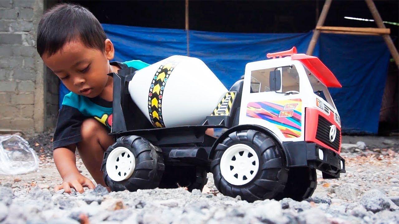 Bermainan Mobil Truk Molen Dengan Batu Dan Pasir Di Kebun Truk Pasir Mainan