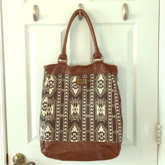 Billabong tote Barely used- in great condition! Perfect to use as a book bag or even as a purse if you have a lot of stuff!! It's a very pretty pattern and is a great tote to have no matter the occasion Billabong Bags Totes