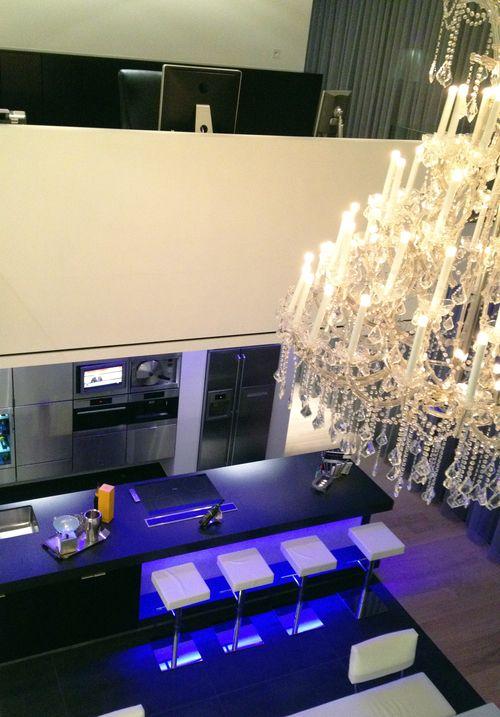 R2 livin: In de woning is er veel gewerkt met indirecte ledverlichting. 80 % van de ruimtes wordt hoofdzakelijk verlicht met leds.