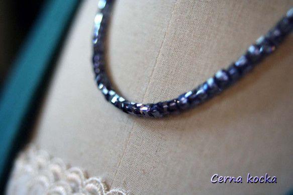 キラキラキューブネックレスのブルーです。タンザナイトのような澄んだブルーの表面がオーロラ加工されたビーズで、光が当たると白く反射します。落ち着いたブルーのため...|ハンドメイド、手作り、手仕事品の通販・販売・購入ならCreema。