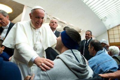 """Il Papa riceve gli ammalati : """"mettete l'amore di Dio e del prossimo anche nella sofferenza: e l'amore trasforma ogni cosa"""""""