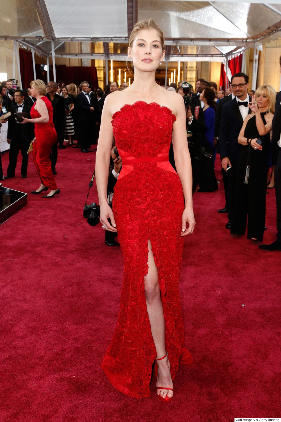 Rosamund Pikes Oscars 2015 Dress Is Unforgettable Via The Longdress Syana Maroon Huffington Post Canada Style